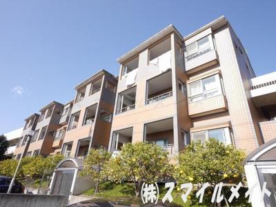 住宅街に佇む3階建てのお洒落な低層マンションです。