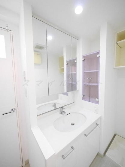 朝の身支度に便利な独立洗面台・三面鏡です。
