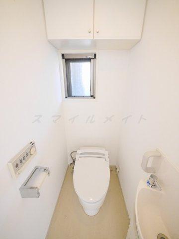 ウォシュレットに手洗い場のついた窓のあるトイレです。