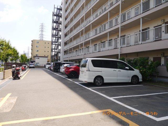 敷地内に、駐車も安心な広々駐車場があります。