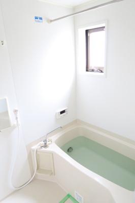 追い炊き機能付きお風呂です。窓があります