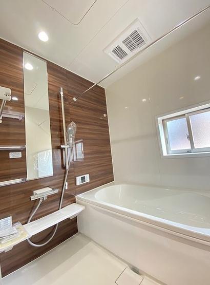 1日の疲れを癒すユニットバス。柔らかな曲線で構成された半身浴も楽しめるバスタブが心地よさをもたらします。