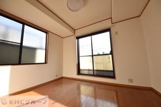 3階主寝室、バルコニー側です♪