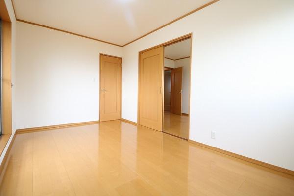 2階バルコニーに面した7.5帖洋室です♪