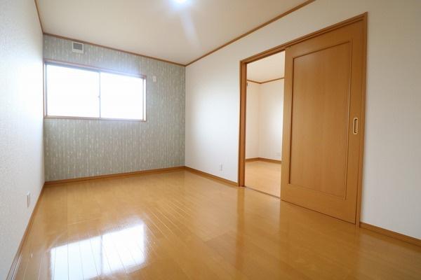 2階7.5帖洋室。ワンポイントのアクセントクロスが映えますね♪