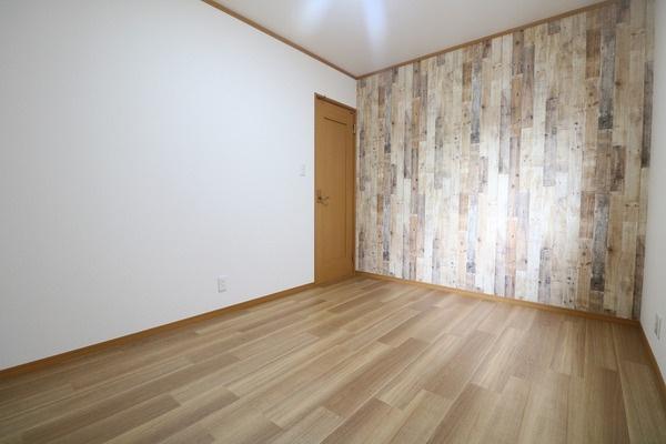 1階洋室にはお洒落な木目調のクロスを使用♪