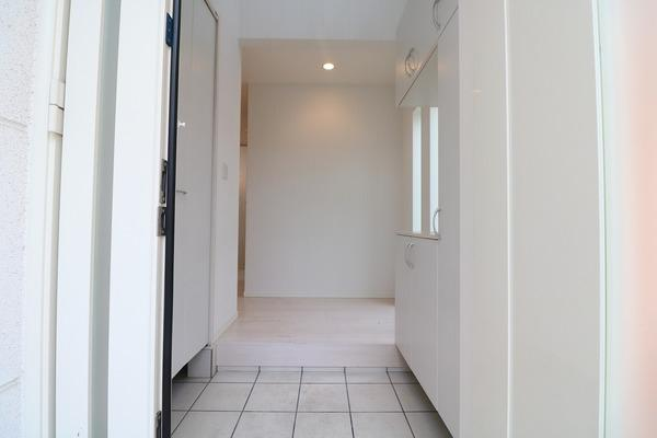 白を基調とした綺麗な玄関。大きなシューズボックス付き♪