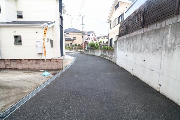 前面道路は開発された住宅街なのでお子様も安心して遊べます♪