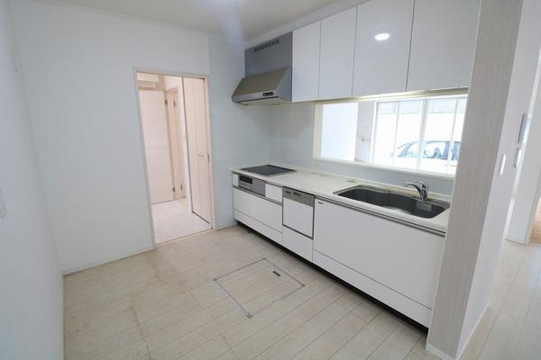 ゆとりある広さのキッチンスペース♪ お掃除楽ちんのIHクッキングヒーターと食器洗浄乾燥機付き♪