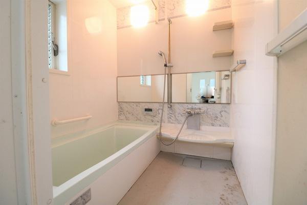 広めの浴槽でゆったりつかれます♪