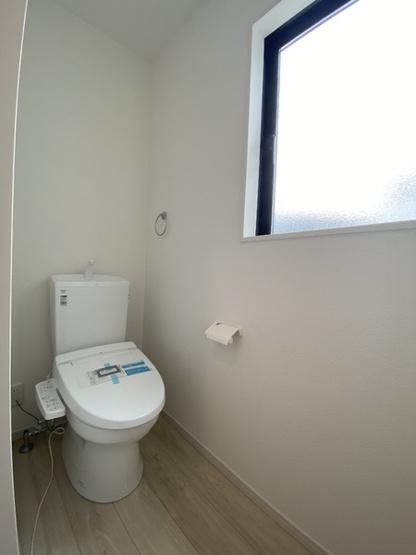 大きな窓のある明るいトイレです。