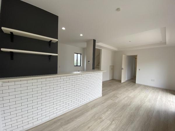 明るい木目の床材が広さを感じさせるリビング。折り上げ天井で開放感がありますね。