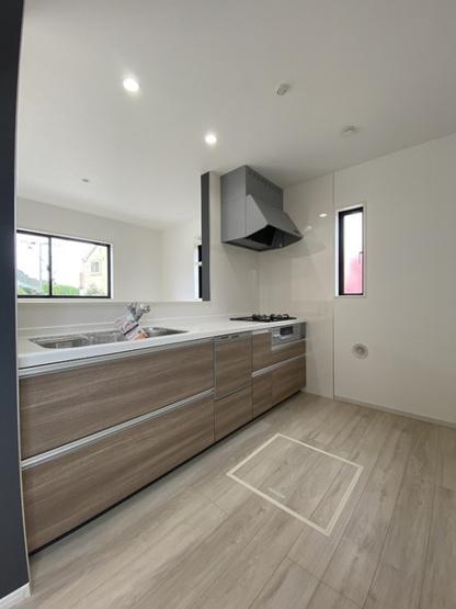 開放感があるオープンタイプのキッチンです。食洗器も床下収納もあります♪ シングルレバーの水栓に浄水機能付き。三口のガスコンロにグリル付き♪