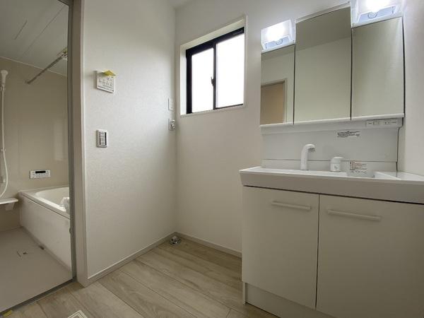 シンプルでスッキリとした洗面台。鏡の裏にたっぷり収納もあります。