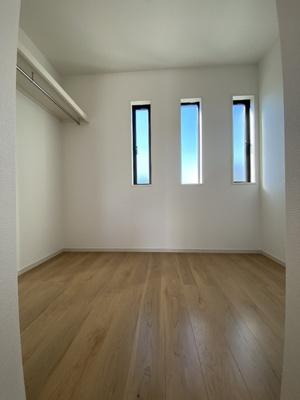 窓のあるウォークインクローゼット。書斎としての利用も出来そうですね。