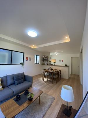 折上天井があるので、開放感が生まれますね。間接照明を上手く使って、体内時計のメンテナンスも。