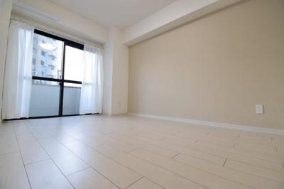 リビング横の洋室は、陽の光も入りやすく、風通しも良いお部屋です。あなただったらどう使いますか?