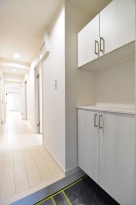 一番最初に目に付く場所だからこだわりたい、白を基調に落ち着いた色目はお部屋の雰囲気を表している家の顔