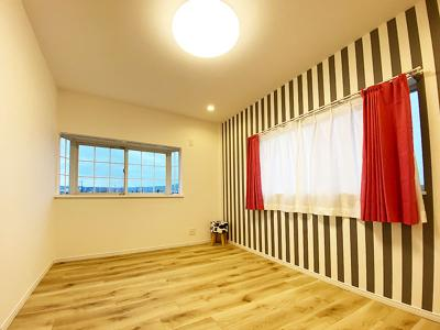 3階洋室(5.3帖):東と南の2面採光が入る明るいお部屋です。 アクセントクロスがオシャレなお部屋ですね♪