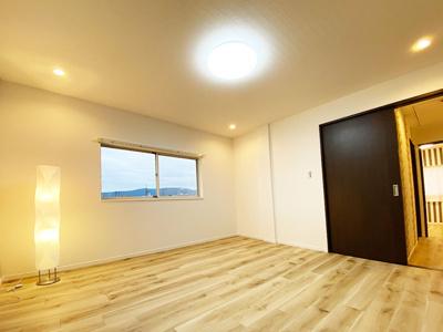 3階洋室(7.6帖):2面採光と通風が入るお部屋で快適にお過ごしいただけます♪