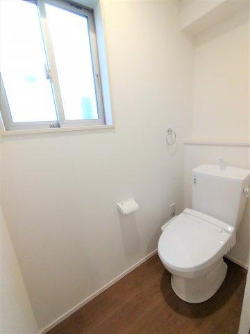 デザイン性に優れた浴槽でゆったりとしたバス。ベンチ付きなので半身浴も楽しめます。