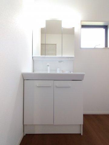 洗面脱衣室。扉付きの収納があるので着替えや掃除用具を収納しても生活感を隠せます♪