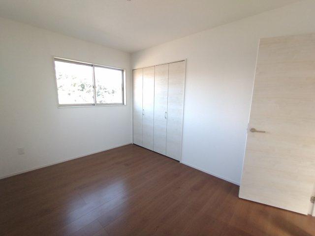 洋室。全居室収納スペースあり!洋室にクローゼット、和室に押入れとファミリー向け ならではの収納力♪