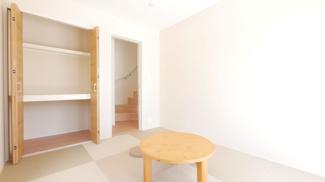 畳のお部屋ですが洋室仕様のため、クローゼットが付いています。