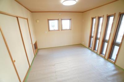 【Japanese-style room】 リビングに隣接した和室。 冬はコタツを置いたり、優しい畳の感触は 赤ちゃんのお昼寝にもぴったりです! 居室スペースとしてだけでなく、 客間としても十分に!