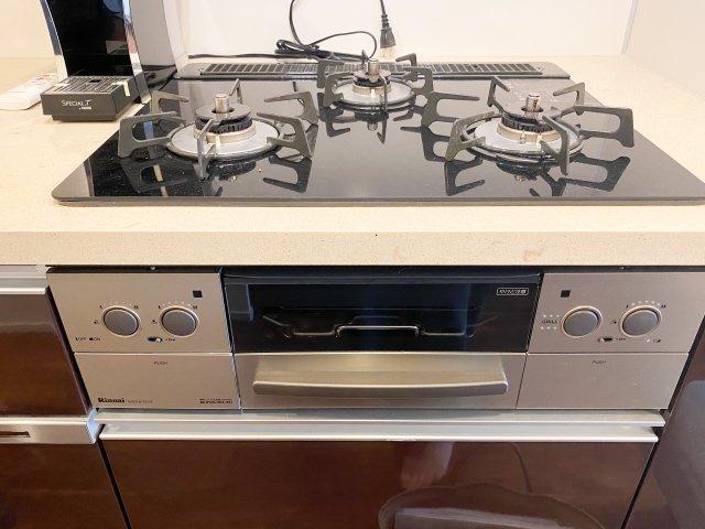 ガス3口。グリル付きでお料理がしやすいキッチンです。