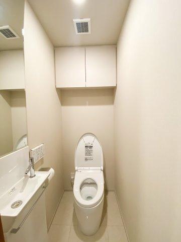 タンクレストイレ、収納付きの清潔感のあるトイレです。