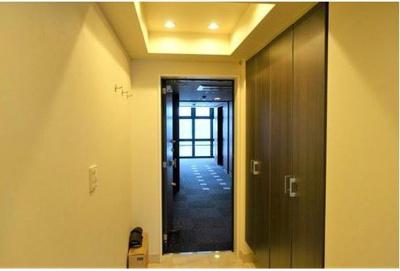 天井高の大きなシューズボックスでスッキリとした玄関 廊下に物入が有ります