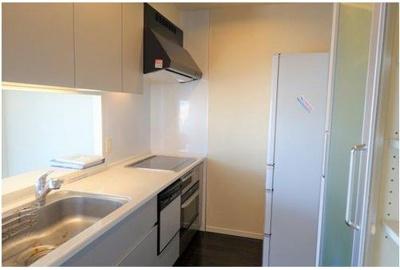 会話を楽しみながらお料理ができるカウンターキッチン♪ ディスポーザー・食洗機・オーブンレンジが付いています。
