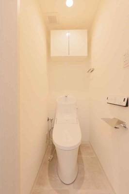 ウォシュレット一体型のトイレを新調しています。 壁付けリモコンで奥の掃除もしやすいですね♪