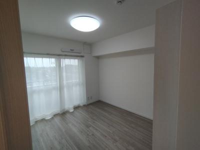 洋室(5.3帖):南向きバルコニーに面した明るいお部屋です。