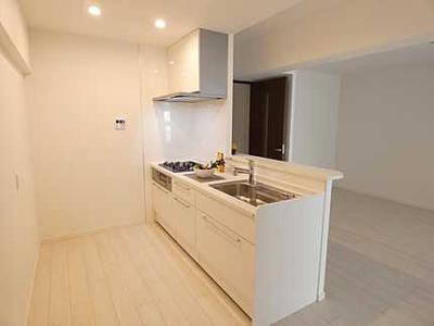 【キッチンルーム】 新規交換のシステムキッチンです。 大きなシンクにゆとりある作業スペース、 夫婦そろってキッチンに立っても調理がしやすい! 食器類もすっきりと片付く収納力。