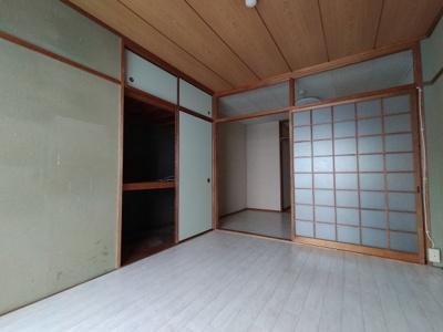 和室(6.0帖):出入り口は引き戸ですと家具の配置の邪魔にならずお部屋を広くお使いいただけますね♪