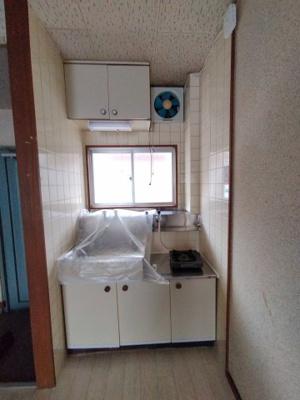 キッチン:収納もついてます。 窓があり採光と通風を取り込め快適にご利用いただけますね♪
