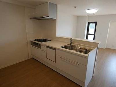 【キッチンルーム】 新規交換のシステムキッチンです。 大きなシンクにゆとりある作業スペース、 夫婦そろってキッチンに立っても調理がしやすい! 収納もあり使いやすいキッチンです。