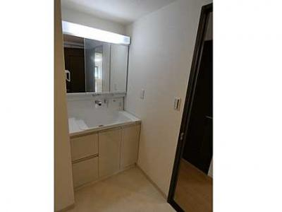 【3面鏡がポイント!】 3面鏡洗髪洗面化粧台で、 鏡裏に小物がたっぷり置けますので、 歯ブラシや整髪料もすっきり収納できます。