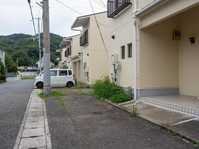 玄関前に駐車スペース。縦列駐車です