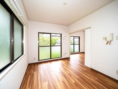 15帖LDKは東南角部屋二面採光、アコーデオンカーテンで二室に仕切れます