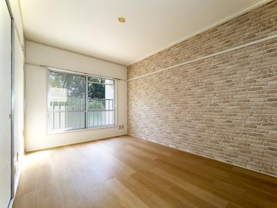 リビングの隣の6帖洋室。窓からは明るい日差しと癒しの緑、疲れたらゴロンとできる和室も隣でワーキングス