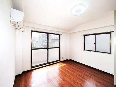 7帖洋室、東南角部屋明るい二面採光です