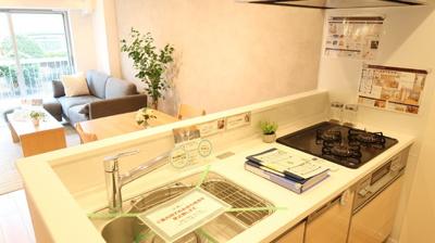 キッチンスペースも明るく気持ちが良いですね♪背面のスペースも充分に確保されているので、冷蔵庫や食器棚を置くことができます♪