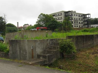 前面道路から敷地内への出入口です。車での出入りは、1番の写真をご覧ください。