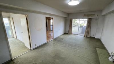 現在は和室以外オール絨毯です。リノベーションでお好きな床材に変更しませんか?