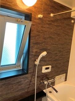 追い炊き機能付き浴室には窓もございます