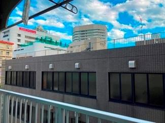 南側の眺望 隣地ビルはこの高さ、陽当たりは良好です