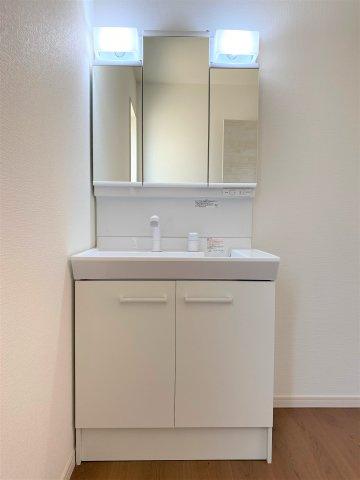 洗面脱衣室。玄関側とキッチン側の2方向から入れるので生活しやすい間取り♪朝の支度もスムーズに♪